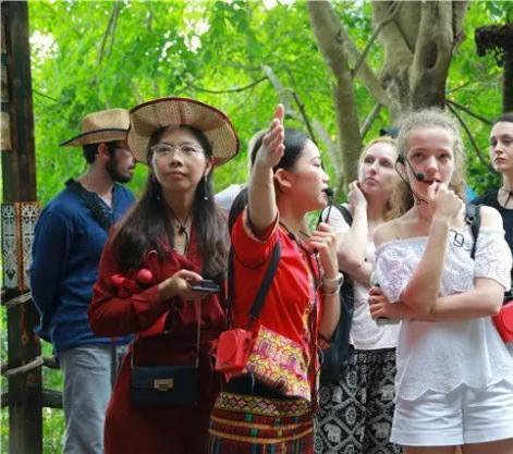 俄罗斯列宾美院师生到槟榔谷采风 黎苗风韵激发创作灵感